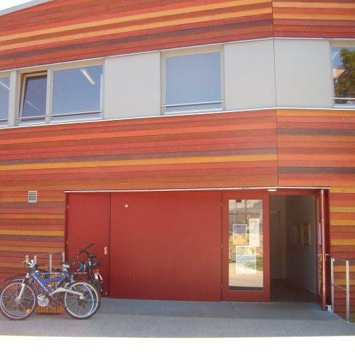 Maler Bielefeld, Fassaden-Gestaltung einer Holzfassade mit lasierenden Leinölen an einer Schule in Kleinmachnow durch Stenner und Keitel