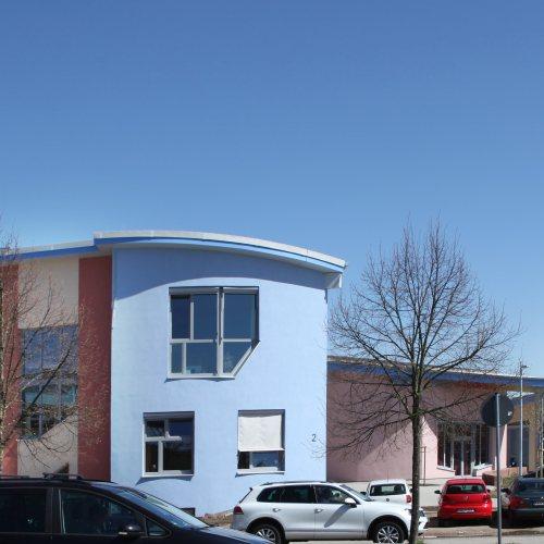 Maler Bielefeld, Fassaden: Gestaltung der Fassade eines Schulgebäudes in Karlsruhe durch Stenner und Keitel